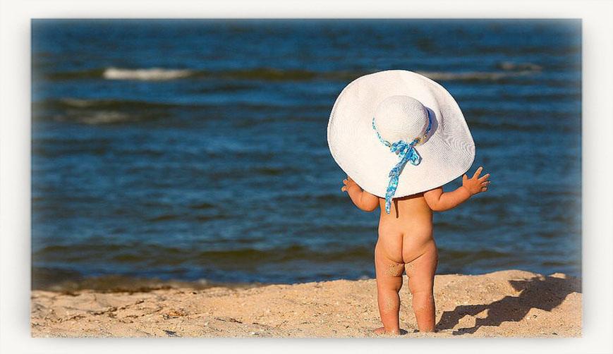 Малыш на солнце в шляпе