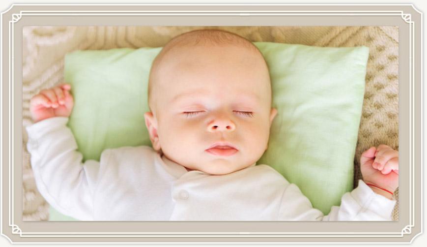 Нужна ли подушка для новорожденного и какая?