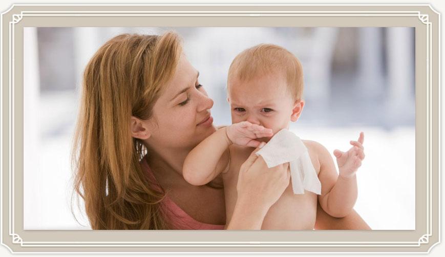 Почему после кормления новорожденный срыгивает и что с этим делать?