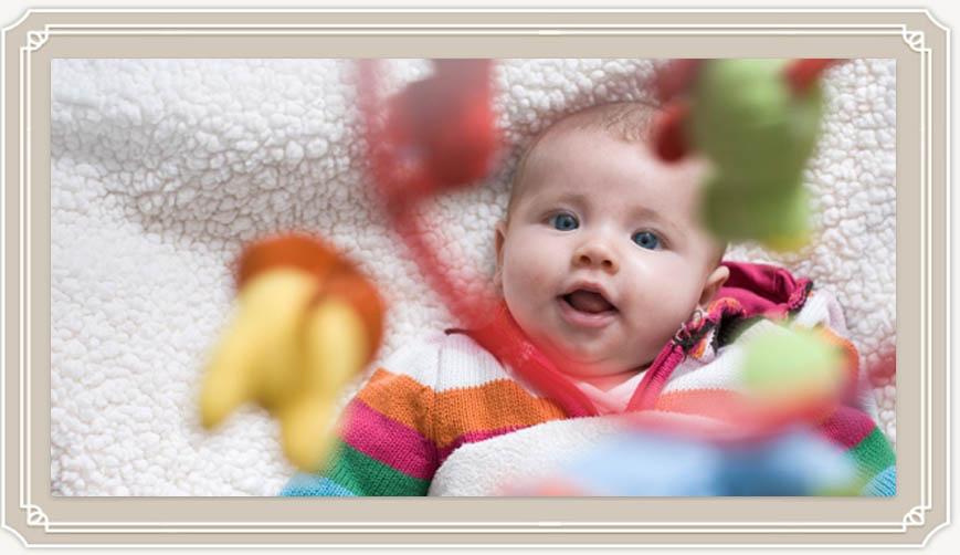 Когда новорожденный ребенок начинает видеть?