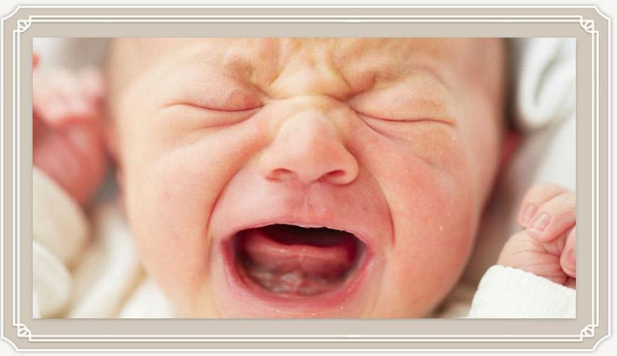 Почему новорожденный ребенок плачет, как найти и устранить причины?