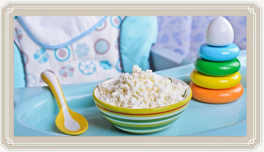 Как безопасно и правильно вводить творог в прикорм ребенку?